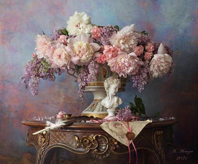 Натюрморт с пионами и сиренью цветы девушка скульптура сирень пионы