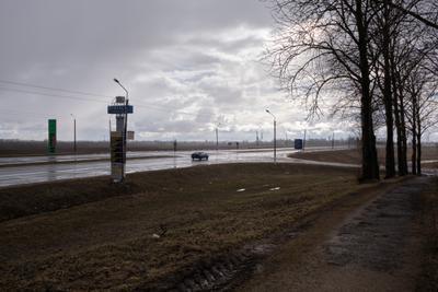 Идёт дождь дождь дорога автомобиль знаки столбы деревья