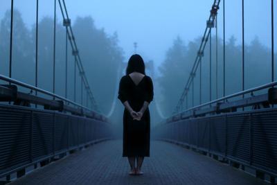 Девушка на мосту туман мост девушка Финляндия Котка утро