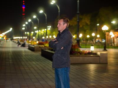 Смотрит через границу в другую страну... набережная портрет человек ночь огни город