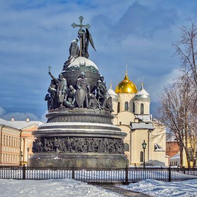 Памятник Тысячелетие России на фоне Софийского собора, Новгородский Кремль