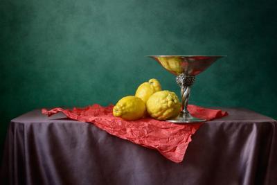 Лимоны на красном