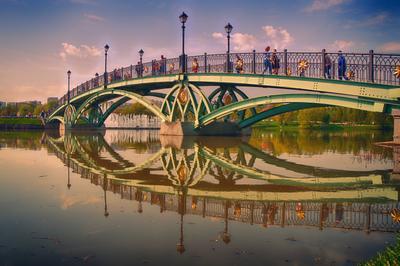 Симпатичный мостик. Мост парк озеро вода архитектура лето небо пешеходы