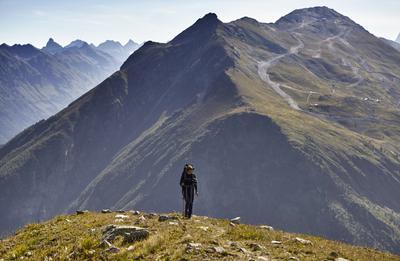 Пояс альпийских лугов Домбай Кавказ горы магтур Семенов-Баши девушка