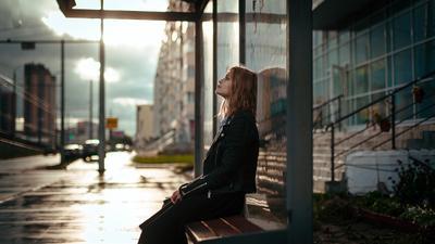 *** девушка сидит на остановке остановка ждет дождь солнце лето