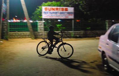 *** ночь, индия, мальчик, велосипед, покатушки