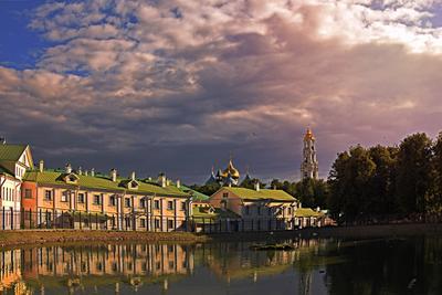Тучи над городом Тучи город пруд дома храм церковь вечер Сергиев Посад