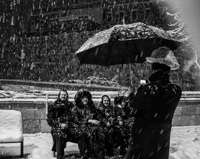 На фоне Пушкина , и птичка вылетает. снег зонтик стены пакет на шляпе
