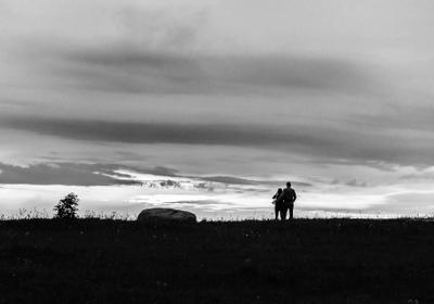 Прогулка по древней земле. пара ч б закат
