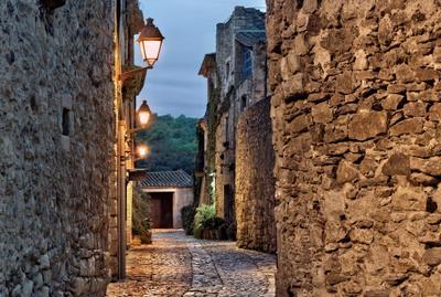 Древний но не старый городок Испания Каталония ночь средневековье