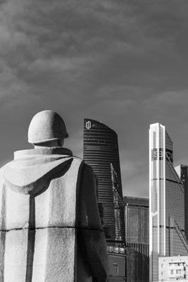 Памятник Памятник Москва сити город улица небо чёрнобелое