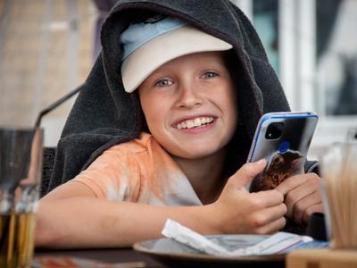 смарт мальчик улыбка сотовый шутка