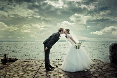 На фоне штормовой Волги. Свадьба в Тольятти, свдебное фото, свадебный фотограф. жених и невеста, Волга, непогода