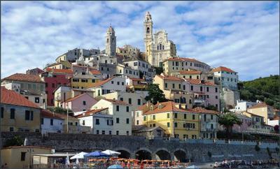 Черво, вид с моря Италия Лигурия Cervo городок церковь Сан-Джованни Баттиста дома