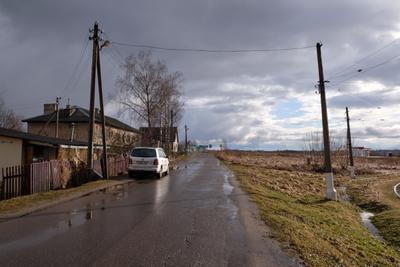 Проясняется улица здания автомобиль деревья небо солнце облака столбы провода