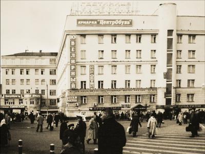 """у гостиницы """"Киевская"""""""