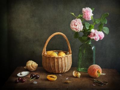 Корзинка с абрикосами абрикосы корзинка розы