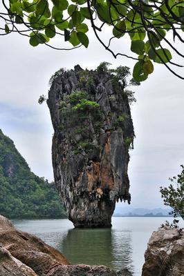 Скала наклонилась над бездной морской и в воды отважно глядится tai