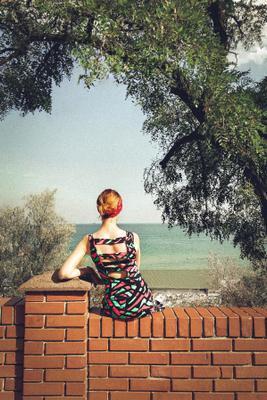 Вечный вопрос по Гамлету Море небо тучи пляж вода женщина зелень дерево забор