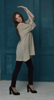 Симпатичный кардиган позирование модель одежда красотка каблук мода стиль натуральное фотостудия причёска фото