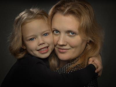 А я мамочку люблю!!! Портрет мама дочка гламур вспышка домашняя студия