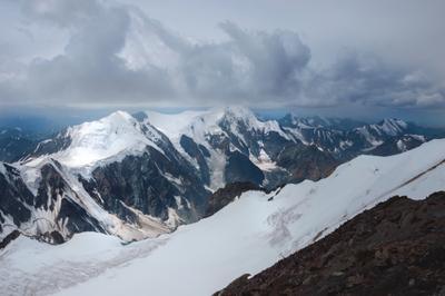Последние метры до вершины алтай горы скалы облака мощь природа ледник снег пик вершина путешествие поход альпинизм