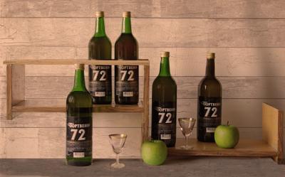 Бар по-дачному. Этюд. бутылки вино полка рюмки яблоки
