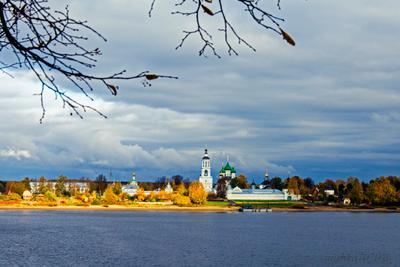 Вид на Толгский манастырь Река Волга осень манастырь