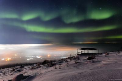 Спящий город город ночь туман полярное северное сияние