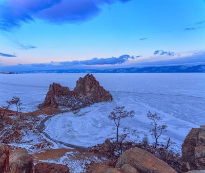 Сторона заката на восходе Байкал Бурхан Шаманка Ольхон Хужир Малое море озеро зима лёд скала февраль утро мороз холод рассвет