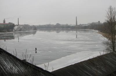 По тонкому льду человек, река