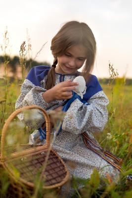 *** девочка кукла поле корзинка вечер машенька сказка