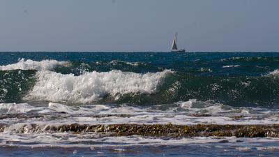 *** море небо волны прибой яхта парусник Израиль