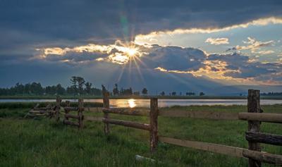 Раннее утро в Тункинской долине. Озеро Рассвет Солнце Облака Забор Тункинская долина
