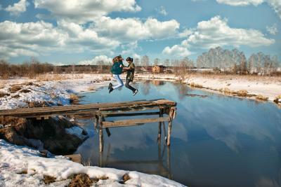 Когда вокруг весна снег р Клязьма облака мостик март Детские фото дети девочки весна