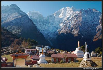 C монастырского крыльца Непал горы