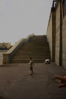 *** мальчик воздушный шар рука лестница