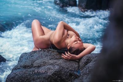 Прибой девушка ню скала море волны пейзаж силуэт