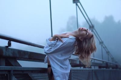 1 девушка мост туман рубашка