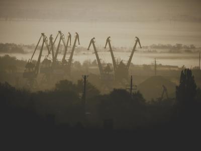 Промышленный берег. россия ростов ростов-на-дону левый берег туман смог промышленность металлолом кран база атмосфера дома утро
