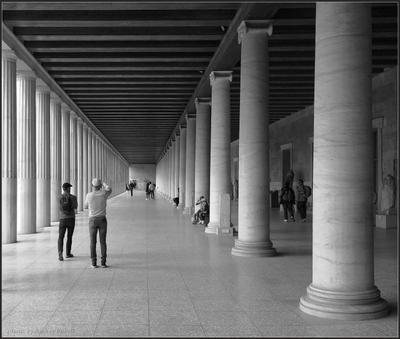 В поисках перспективы Греция Афины павильон колонны Стоя Аттала люди фотосъемка