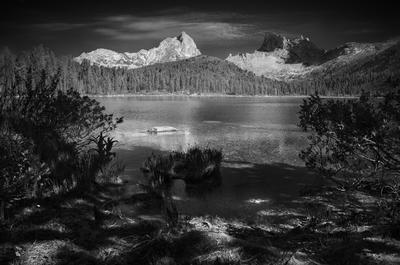 Светлое пейзаж природа чб черно-белое ергаки саяны россия красноярский озеро берег тени горы скалы пики путешествия большой красивая тайга высокий
