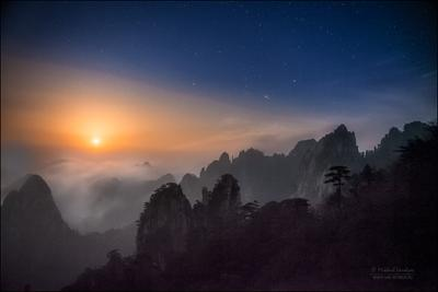 Ночь в горах Хуаншань — национальном парке провинции Аньхой Китай Анхой горы Хуаншань пейзаж ночь фототур