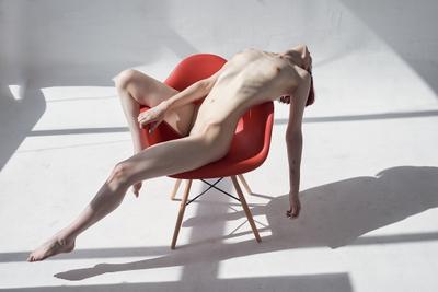 Stretching девушка модель profoto студия естественный свет ню поза изящно рыжая голубые глаза окно ткань худоба косточки кости ребра
