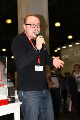 В недоумении мужчина эмоции недоумение выставка репортаж очки парень эксперимент микрофон выступающий
