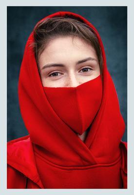 Аня девушка маска красный глаза портрет