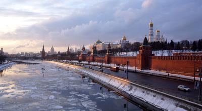 Вид на московский Кремль с Москворецкого моста Кремль москворецкий мост лед река москва зима вечер