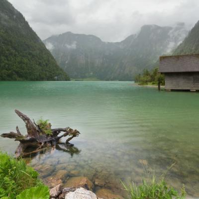 У смуглых скал озерная вода
