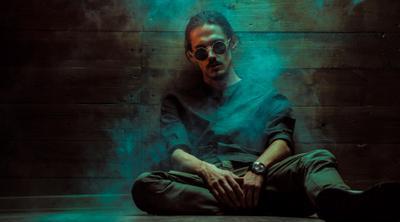 Марк #2 мужчина дым студия очки скриптонит притон цветные фильтры гелиевые сидит на полу рубашка теплый свет длинные волосы джонни депп волгоград богомолов кассихин