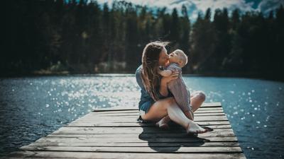 Семья семья дети мама портрет природа пейзаж пленэр любовь объятия мальчик девушка женщина вода озеро